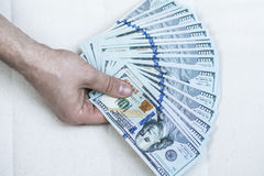 Stapel van geld ter beschikking op een witte achtergrond Royalty-vrije Stock Afbeelding
