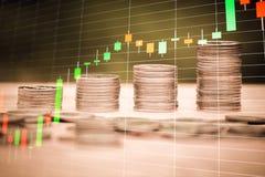 Stapel van geldmuntstuk met forex handelgrafiek, financieel investeringsconcept stock foto's