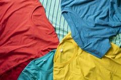 Stapel van gemengde vuile kleurrijke kleren klaar voor was op de zwarte achtergrond royalty-vrije stock foto's