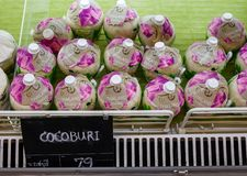 Stapel van gepelde cocos op een supermarktbox royalty-vrije stock fotografie