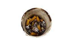 Stapel van gerookte die sigaretten in een asbakje op wit wordt geïsoleerd stock foto