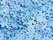 Stapel van gescheiden blauwe raadselstukken stock foto's