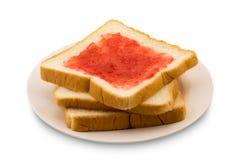 Stapel van gesneden brood met aardbeijam in een plaat Stock Fotografie
