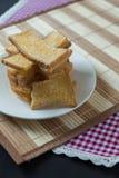 Stapel van gesneden knapperig beboterd brood met suiker Stock Afbeelding
