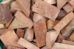 Stapel van gesneden logboeken als natuurlijke blikachtergrond Multi houten vorm en grootte royalty-vrije stock fotografie