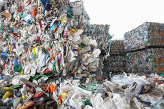 Stapel van gesorteerd plastic afval stock afbeelding