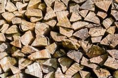 Stapel van gestapeld brandhout klaar voor open haard en boiler, houten achtergrond royalty-vrije stock foto
