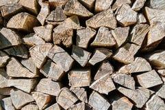 Stapel van gestapeld die brandhout op open haard en boiler, houten achtergrond wordt voorbereid royalty-vrije stock foto