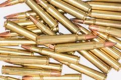 Stapel van geweerkogels op witte achtergrond Stock Afbeelding