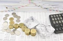 Stapel van gouden en zilveren muntstuk naast open giftdoos Stock Foto's