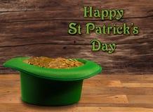 Stapel van gouden muntstukken binnen groene hoedenst Patricks Dag Stock Foto's