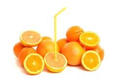 Stapel van grapefruits en sinaasappelen met een stro. Royalty-vrije Stock Afbeeldingen