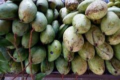Stapel van groene verse mango's Stock Fotografie