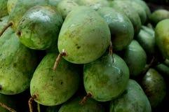Stapel van groene verse mango's Royalty-vrije Stock Afbeeldingen