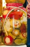 Stapel van groenten in het zuurkruiken in de stadsmarkt van Boedapest Hongaars s Stock Foto's