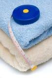 Stapel van handdoeken en meetlint Royalty-vrije Stock Afbeeldingen