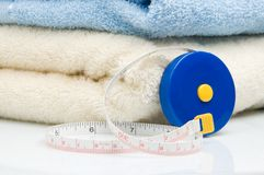 Stapel van handdoeken en meetlint Stock Afbeeldingen