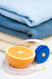 Stapel van handdoeken, meetlint en sinaasappel Stock Foto