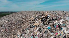 Stapel van het berg stinken de grote huisvuil en de verontreiniging, Stapel van en het giftige residu, Dit huisvuil komt uit sted stock video