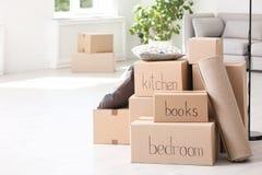 Stapel van het bewegen van dozen en huishoudenmateriaal royalty-vrije stock fotografie