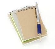 Stapel van het boek van het ringsbindmiddel of notitieboekje en pen Royalty-vrije Stock Foto's