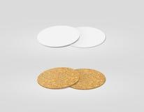 Stapel van het lege wit en cork geweven model van bieronderleggers voor glazen, Stock Foto's
