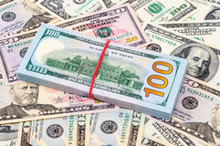 Stapel van honderd Amerikaanse dollar rekeningen over dollars Stock Foto