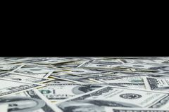 Stapel van honderd die dollarsrekeningen op zwarte achtergrond worden geïsoleerd Stapel van contant geldgeld in honderd dollarsba stock afbeeldingen