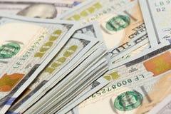 Stapel van honderd dollar rekeningenclose-up - Beeld royalty-vrije stock afbeeldingen