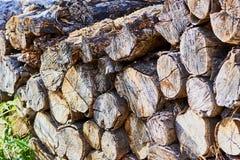 Stapel van hout, droog en gehakt stock fotografie