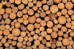 Stapel van hout in een zonnig dag achtergrondtextuurbehang stock afbeeldingen