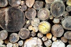 Stapel van houten logboeken, stapel oude boomboomstammen Stock Foto