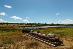 Stapel van houten vaten in een godvergeten gat Stock Fotografie