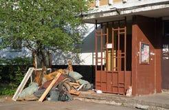Stapel van huisvuil bij de ingang van een flatgebouw Balashikha Het gebied van Moskou Royalty-vrije Stock Foto