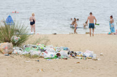 Stapel van huisvuil bij de uitgang van strand Royalty-vrije Stock Afbeelding
