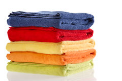 Stapel van keurig gevouwen kleurrijke katoenen handdoeken Royalty-vrije Stock Foto's