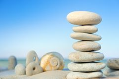 Stapel van kiezelstenen op strand Royalty-vrije Stock Foto