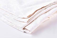 Stapel van kleding van het bed de natuurlijke linnen royalty-vrije stock foto's
