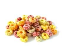 Stapel van kleurrijk fruitig ontbijtgraangewas stock foto