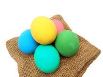 Stapel van kleurrijke eeuw of potas bewaarde eieren op bruine jute royalty-vrije stock foto's