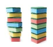 Stapel van kleurrijke geïsoleerde keukensponsen Stock Fotografie