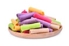 Stapel van kleurrijke kokosnoot-koekje krul, Thais dessert in houten die plaat op wit wordt geïsoleerd royalty-vrije stock afbeeldingen