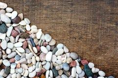 Stapel van kleurrijke stenen op de houten textuur Royalty-vrije Stock Foto