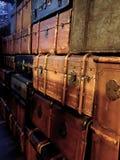 Stapel van kleurrijke uitstekende koffers stock afbeeldingen