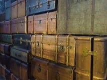 Stapel van kleurrijke uitstekende koffers royalty-vrije stock fotografie