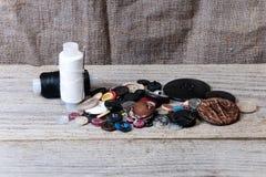 Stapel van knopen, zwart-witte draad, naald Royalty-vrije Stock Foto's