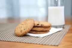 Stapel van koekjes & melk royalty-vrije stock fotografie