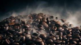 Stapel van koffiebonen het roosteren stock videobeelden