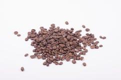 Stapel van koffiebonen op witte achtergrond Royalty-vrije Stock Foto