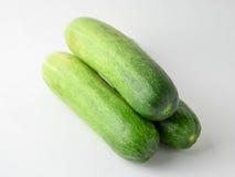 Stapel van komkommers op witte achtergrond Royalty-vrije Stock Foto